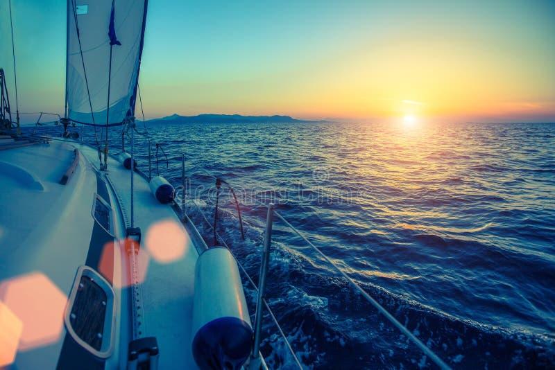 A navigação yachts o barco no crepúsculo no mar lifestyle foto de stock
