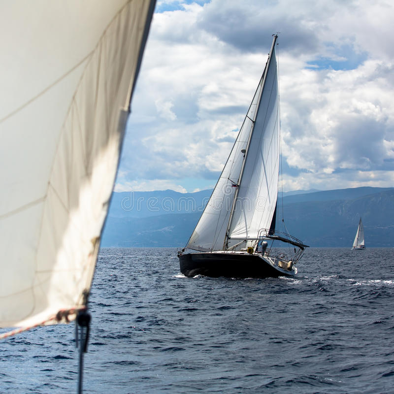 A navigação yachts os participantes na regata no Mar Egeu luxo fotografia de stock