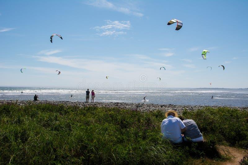 Naviga??o do papagaio na praia de Lawrencetown, Nova Scotia fotografia de stock royalty free
