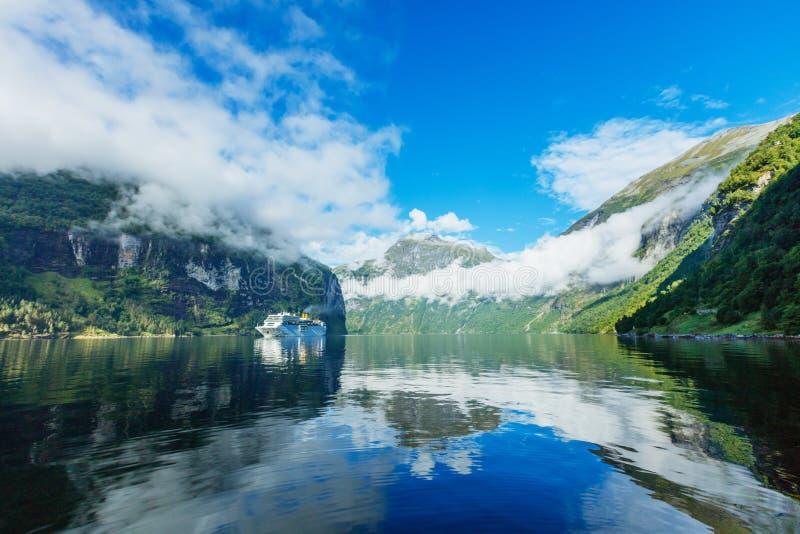 Naviga??o no Geirangerfjord, um do forro do cruzeiro de Hurtigruten do destino o mais popular em Noruega fotos de stock