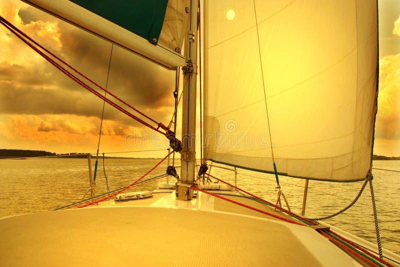 Navigando all'alba fotografia stock