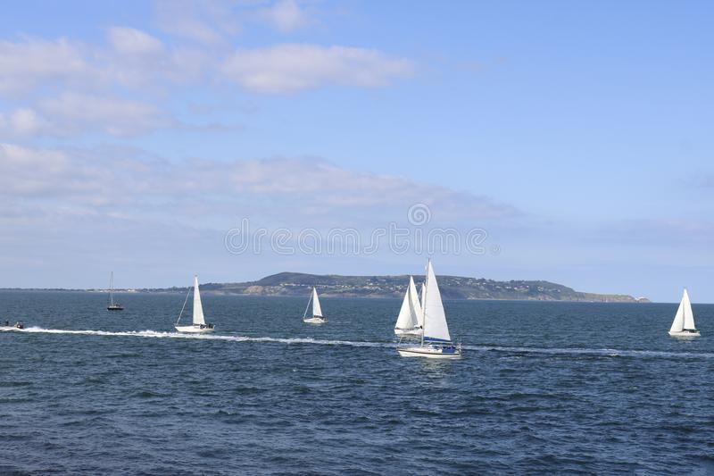 Navigando gli yacht durante la regata Dun Laoghaire l'irlanda fotografie stock