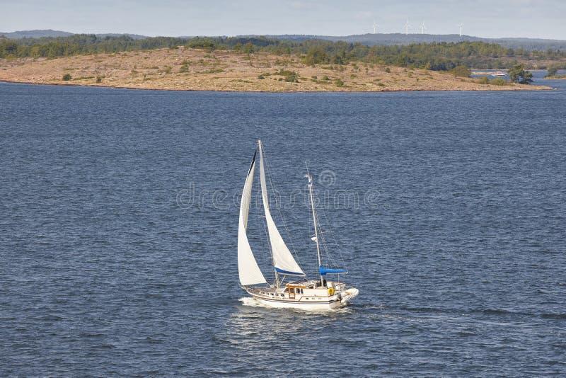 Navigando in linea costiera della Finlandia Arcipelago di Aland Estate finlandese fotografia stock libera da diritti