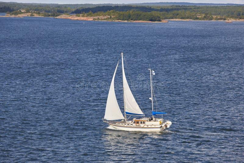 Navigando in linea costiera della Finlandia Arcipelago di Aland Estate finlandese immagini stock libere da diritti