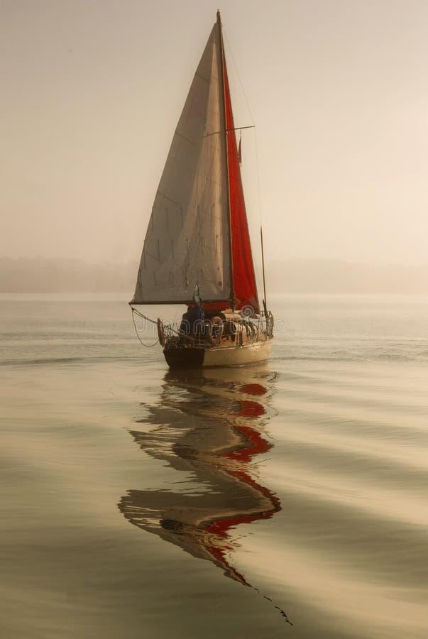 Navigando in nebbia immagini stock libere da diritti