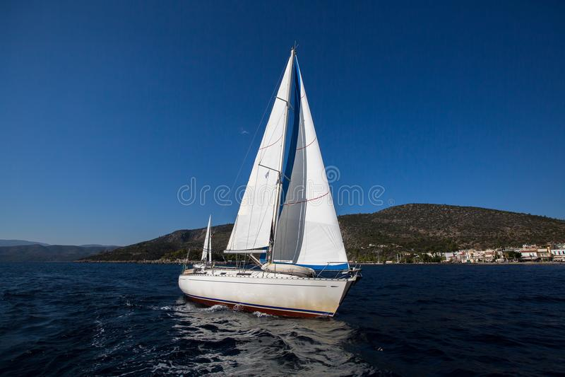 Navigando nel vento al mare lusso fotografie stock libere da diritti