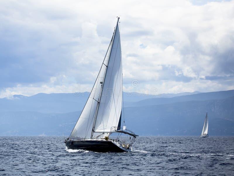 Navigando nel vento attraverso le onde al mar Egeo in Grecia lusso fotografia stock libera da diritti