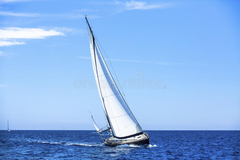 Navigando nel vento attraverso le onde Barche a vela al mar Mediterraneo nave fotografie stock