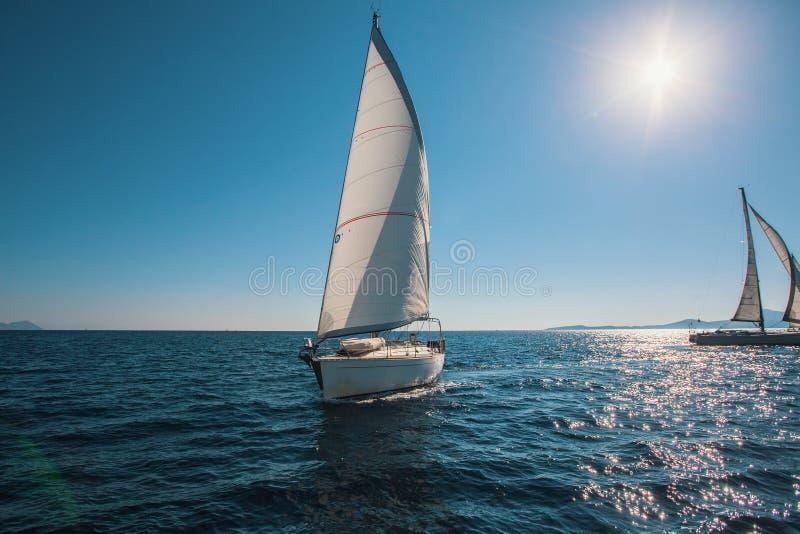 Navigando nel vento attraverso le onde in mare fotografie stock