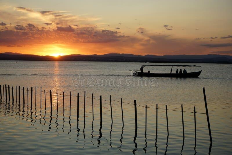 Navigando nell'ambito del tramonto immagini stock libere da diritti