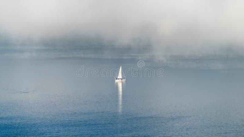 Navigando nella mattina nebbiosa immagini stock libere da diritti