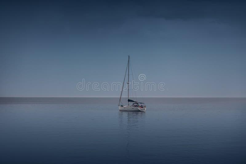 Navigando regata nel vento attraverso le onde al mare immagine stock libera da diritti