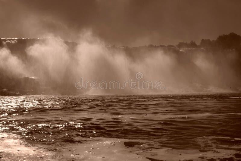 Navigando sotto la foschia di cascate del Niagara fotografia stock