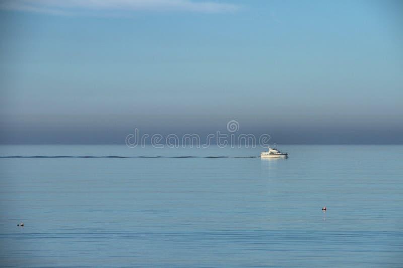 Navigando su un mare blu fotografia stock libera da diritti