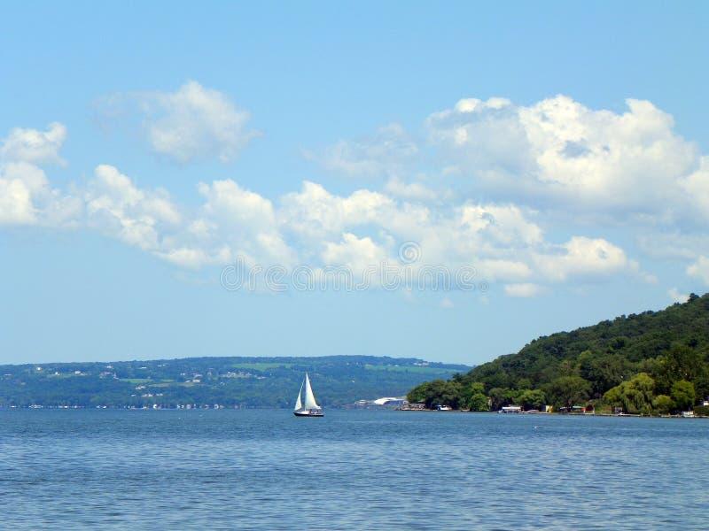 Navigando sul lago cayuga vicino a Ithaca nel FingerLakes fotografia stock