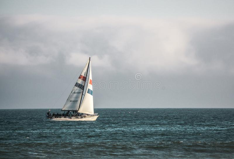 Navigando sull'oceano fotografia stock