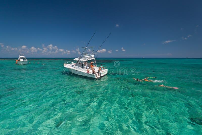 Navigando usando una presa d'aria nel mare caraibico immagine stock