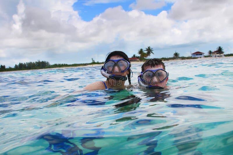 Navigando usando una presa d'aria nell'oceano caraibico fotografia stock libera da diritti