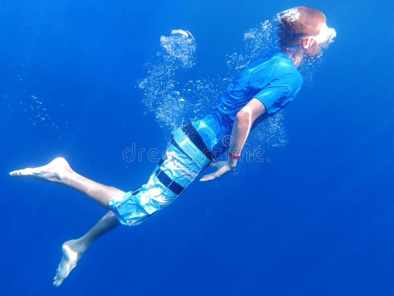 Navigare usando una presa d'aria underwater immagini stock