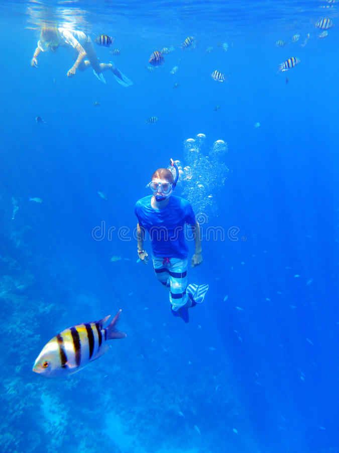 Navigare usando una presa d'aria underwater fotografia stock