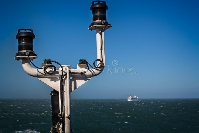 Navigatie en communicatie mast op Veerboot op zee met veerboot op horizon stock foto