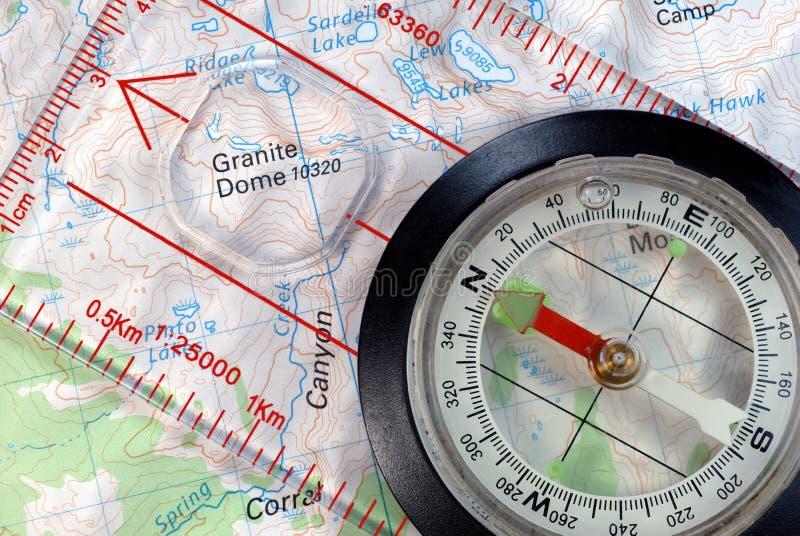 Navigatie Kompas op Topografische Kaart stock foto