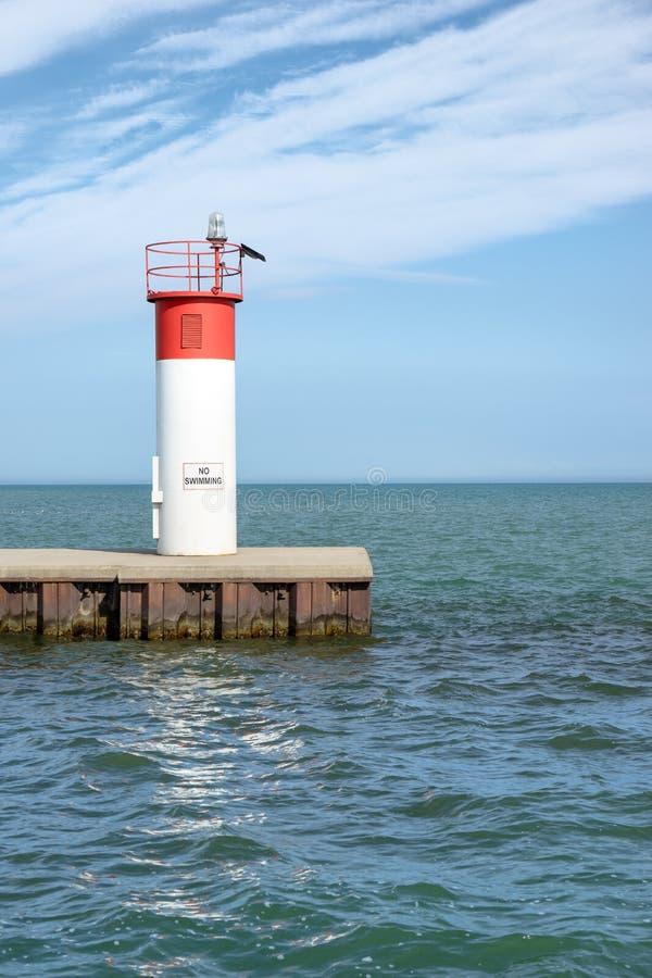 Navigatiebaken bij de mond van een haven stock fotografie