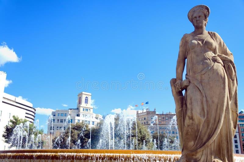 Navigatiebeeldhouwwerk in het Vierkant van Catalonië in Barcelona, Spanje royalty-vrije stock fotografie