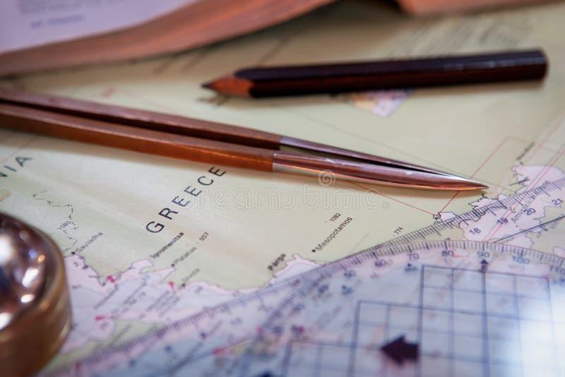 Navigatiestilleven Kapiteinsmateriaal en een kaart Het varen concept stock afbeelding