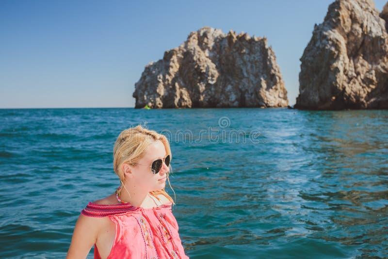Navigation attrayante de fille sur un yacht photos libres de droits
