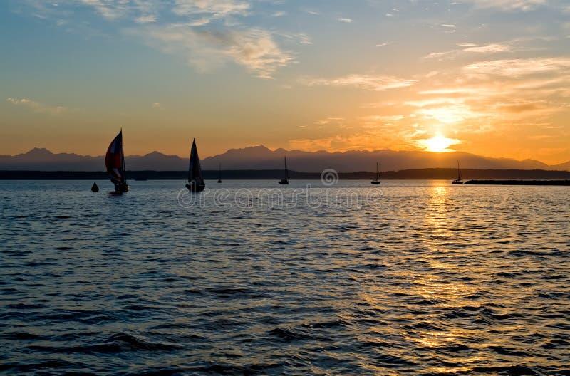 Navigation au coucher du soleil photos stock