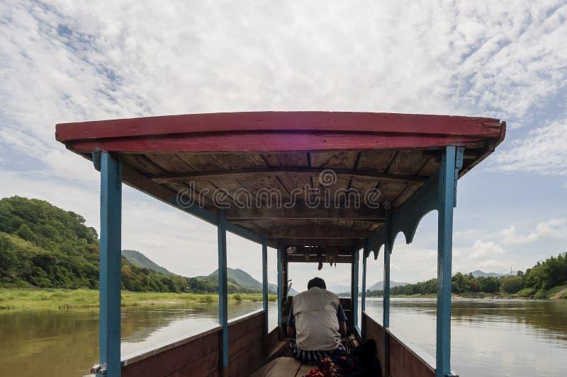 Navigation auf dem Mekong in Luang Prabang, Laos, mit einem typischen hölzernen Boot stockfotos
