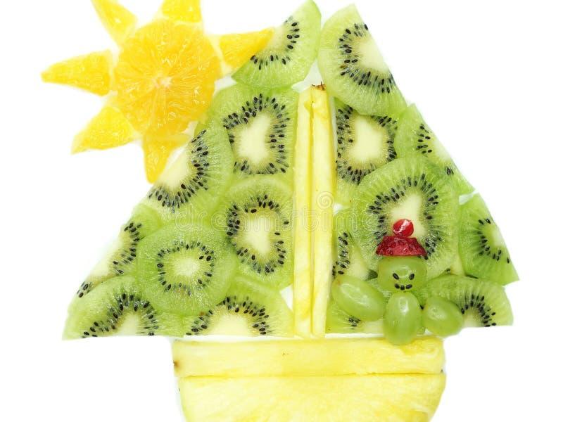 Navigation créative d'homme de dessert d'enfant de fruit sous la forme de bateau photographie stock libre de droits