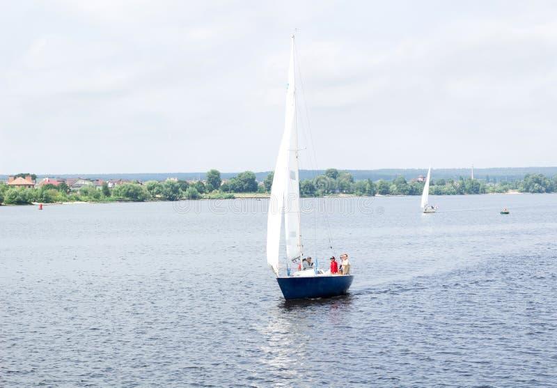 Navigation d'équipe de yacht de voilier avec de pleines voiles dans tout le vent sur la rivière images libres de droits