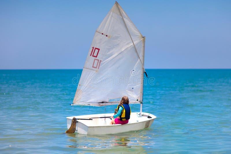 Navigation d'enfant Enfant apprenant ? naviguer sur le yacht de mer photos stock