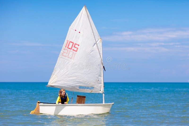 Navigation d'enfant Enfant apprenant ? naviguer sur le yacht de mer photo stock