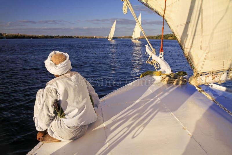 Navigation d'homme de Nubian sur Nile River à Assouan Egypte images stock