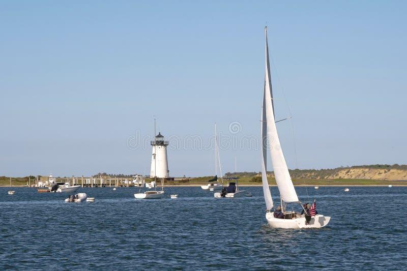 Navigation dans le port d'Edgartown par le phare sur l'île du vignoble du ` s de Martha photographie stock