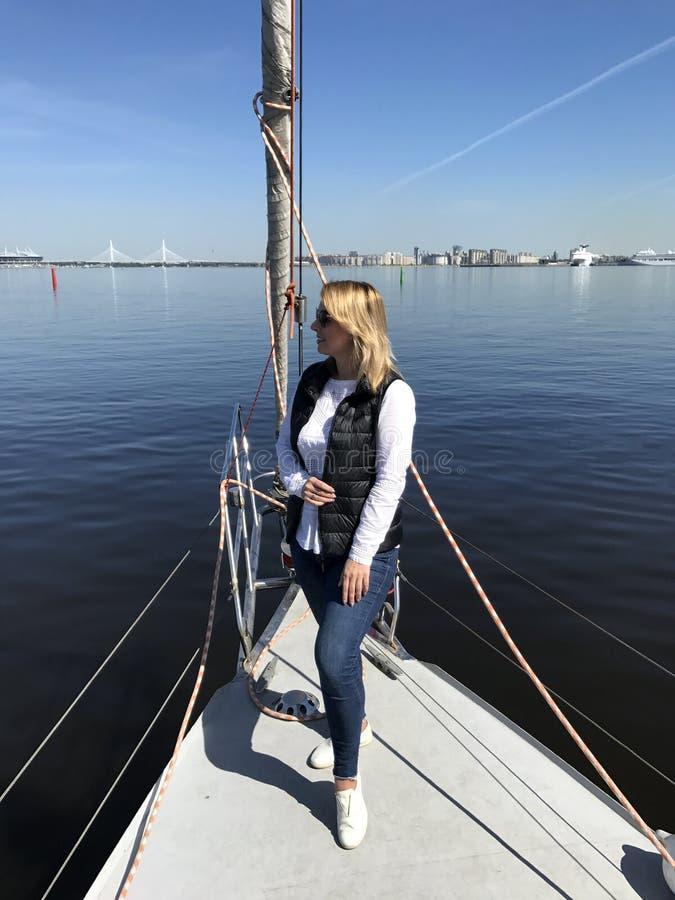 Navigation dans le yacht de luxe de voile en mer Vacances d'été Jeune belle femme blonde image stock