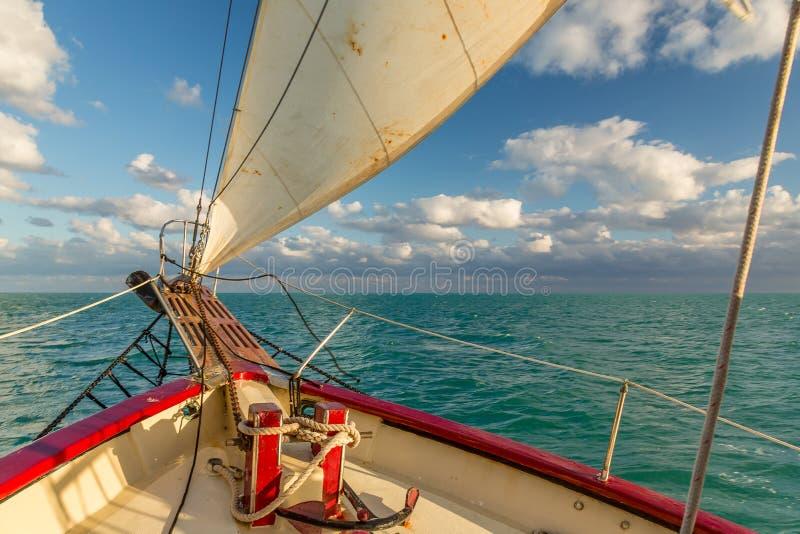 Navigation dans les cl?s attendant le coucher du soleil photographie stock libre de droits