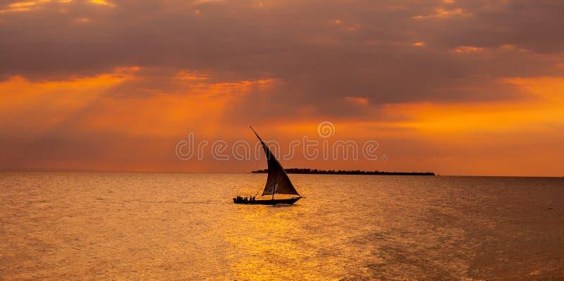 Navigation de bateau à voiles dans le coucher du soleil images libres de droits