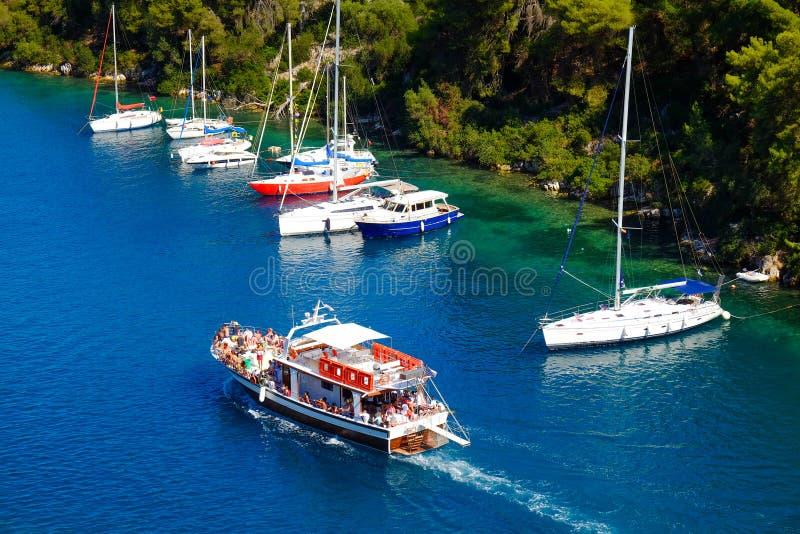 Navigation de bateau dans le canal grand de l'île de Paxos photos libres de droits