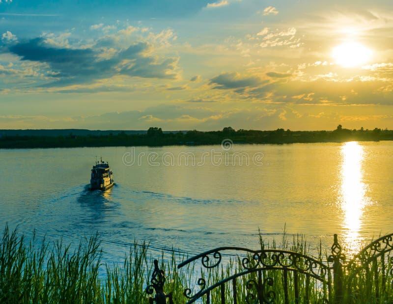 Navigation de bateau de visite au coucher du soleil photos stock