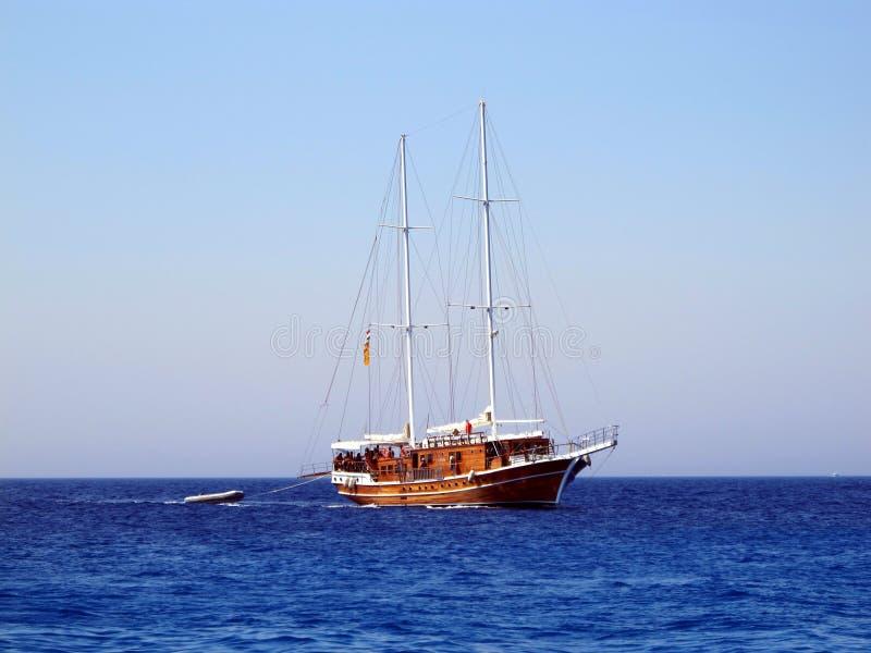 Navigation de bateau de navigation sur la mer Le yacht traîne un petit bateau image libre de droits