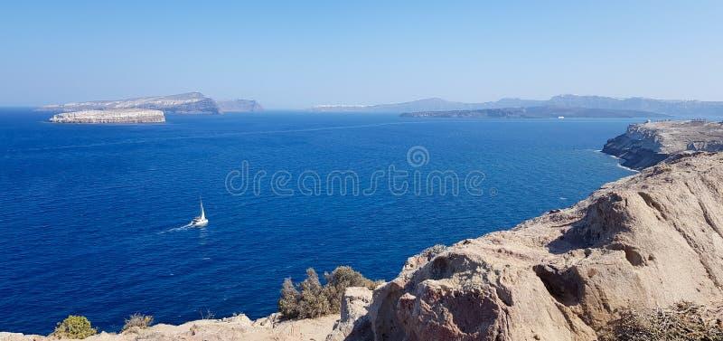 Navigation de bateau sur un grand oc?an bleu images libres de droits