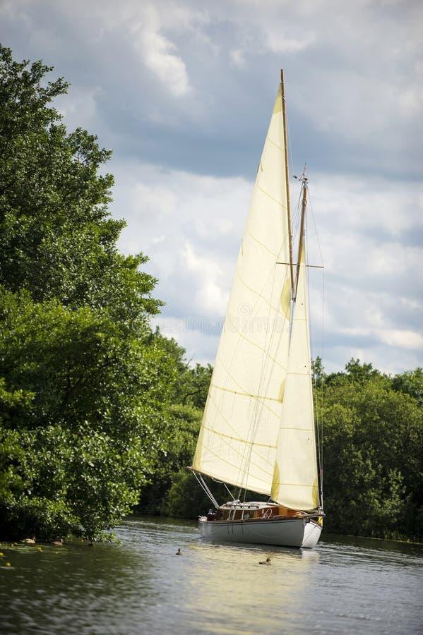 Navigation de bateau ? voile de la Norfolk Broads sur une rivi?re images libres de droits