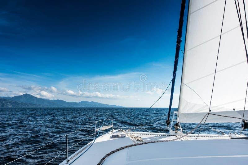 Navigation de catamaran de yacht de navigation en mer Bateau à voiles navigation photo stock