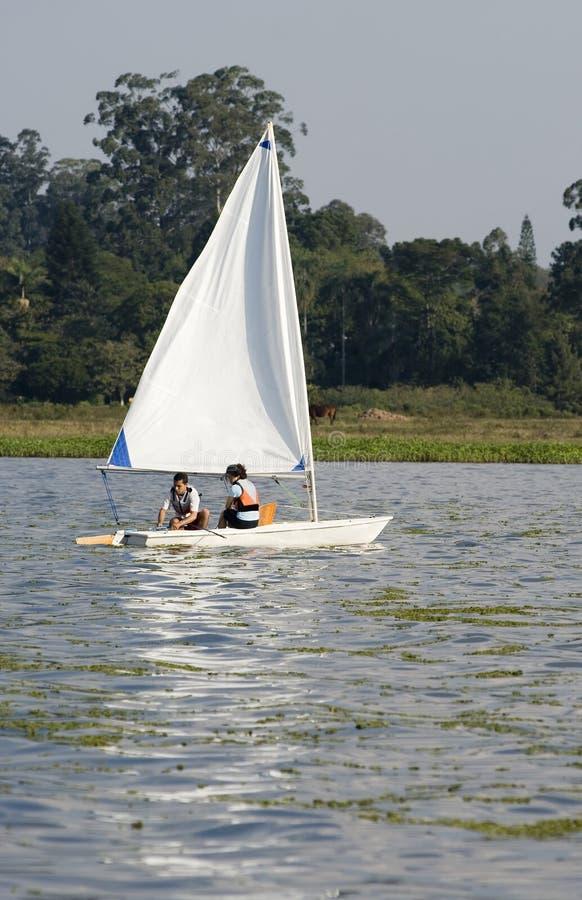 Navigation de couples à travers le lac - verticale image libre de droits