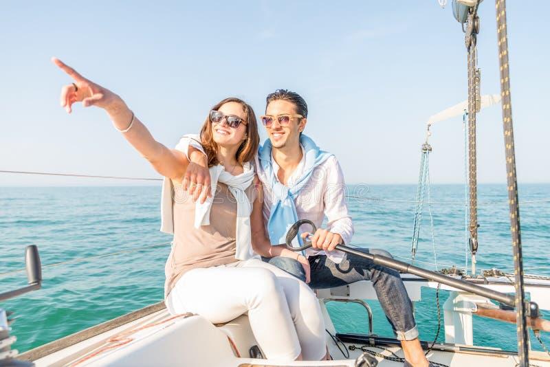 Navigation de couples sur le bateau photo libre de droits