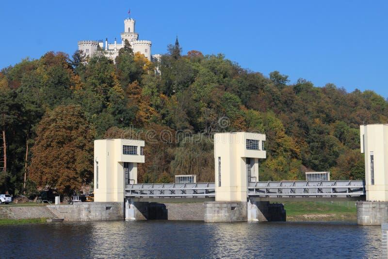 Navigation de l'eau de serrure sur le château de rivière de Vltava et de ¡ de Hlubokà photos libres de droits